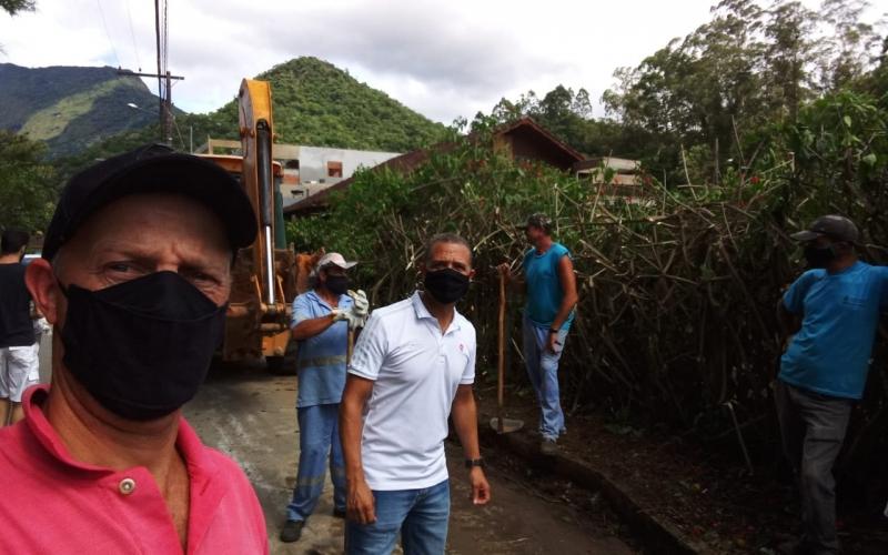 Vice-prefeito Serginho e Jorge Freimann subprefeito de Lumiar e São Pedro visitam as ruas dos distritos. (Foto: Secom)
