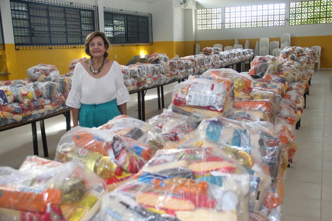 Secretária de Educação Tereza Cristina acompanha o processo de armazenamento e distribuição dos kits. (Foto: Divulgação)