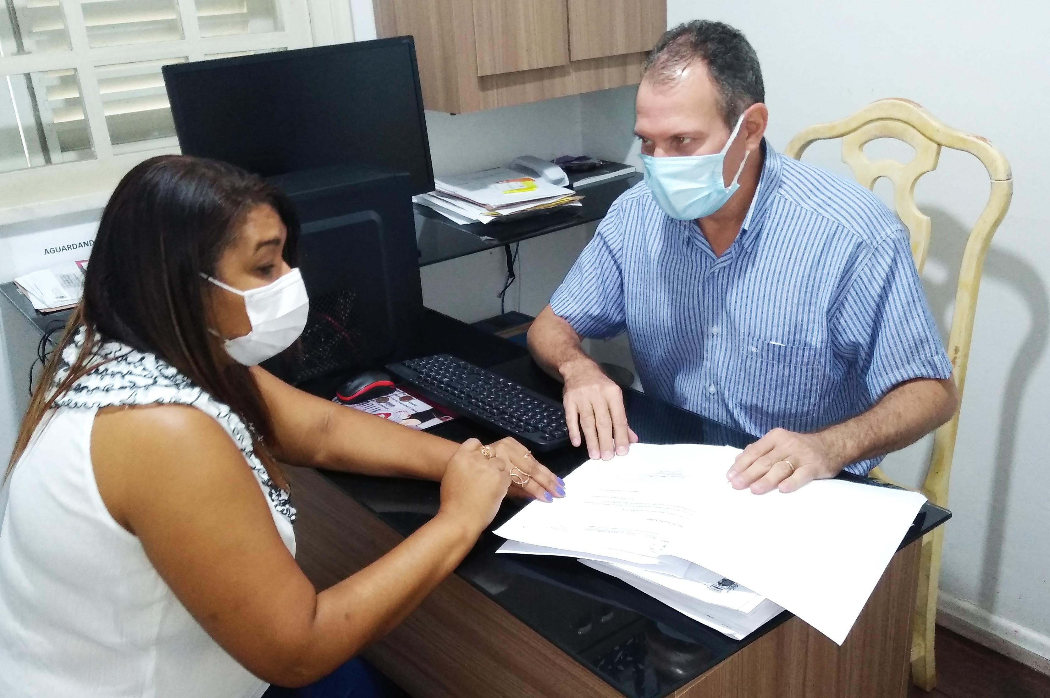 Secretário Marcelo Ferreira e a coordenadora Jociene Almeida traçando estratégias de trabalho. (Foto: Divulgação)