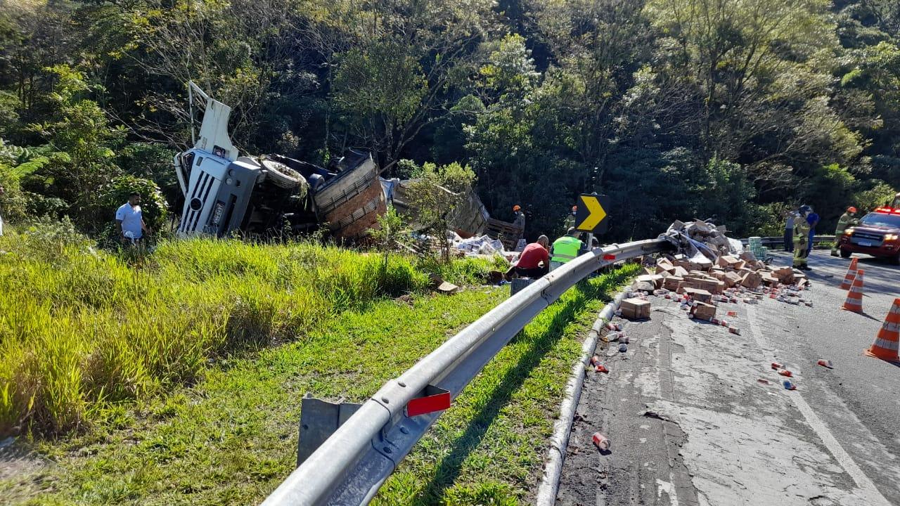 Caminhão tombou na altura do km 62 da RJ-116. (Foto: WhatsApp)