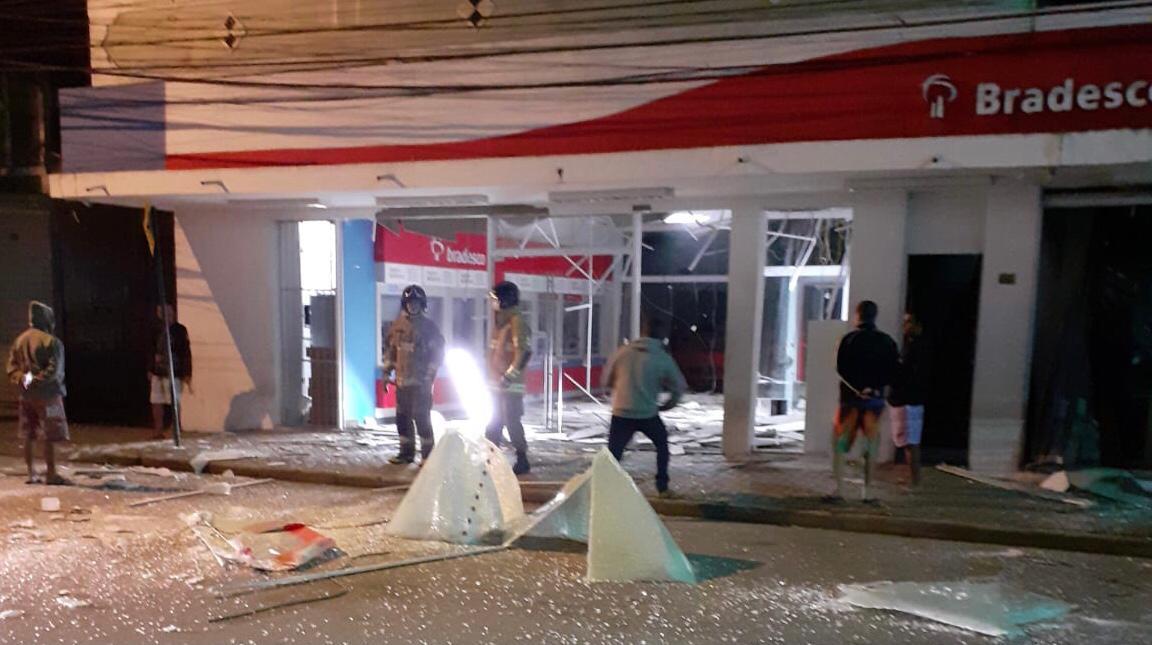 Bandidos explodem agência bancária no Centro de Cachoeiras de Macacu. (Foto: WhatsApp)