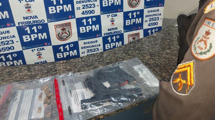 Pistola e carregadores encontrados pela Polícia. (Foto: Divulgação/PM)