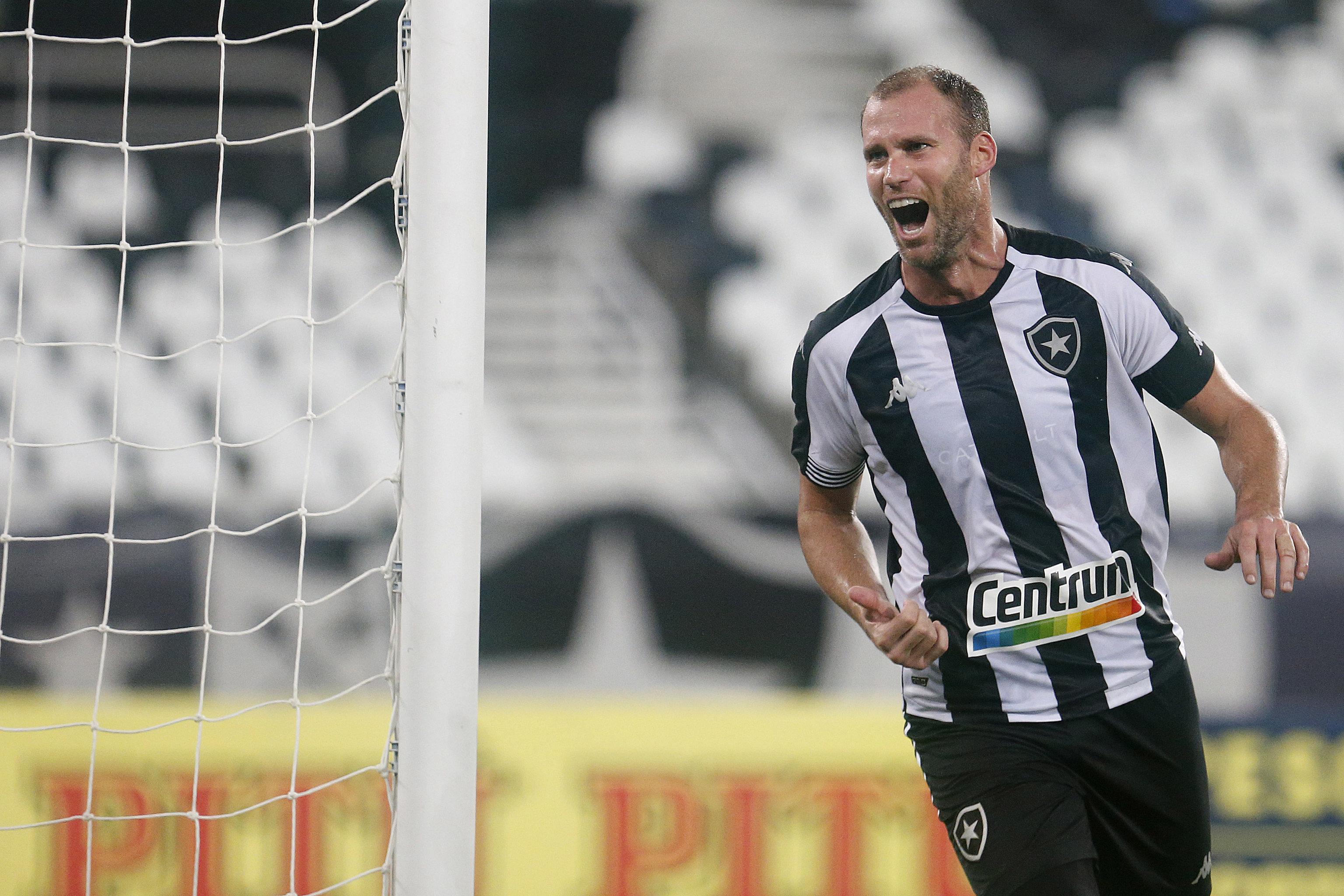 Joel Carli marca o gol da vitória Alvinegra. (Foto: Vitor silva/Botafogo)